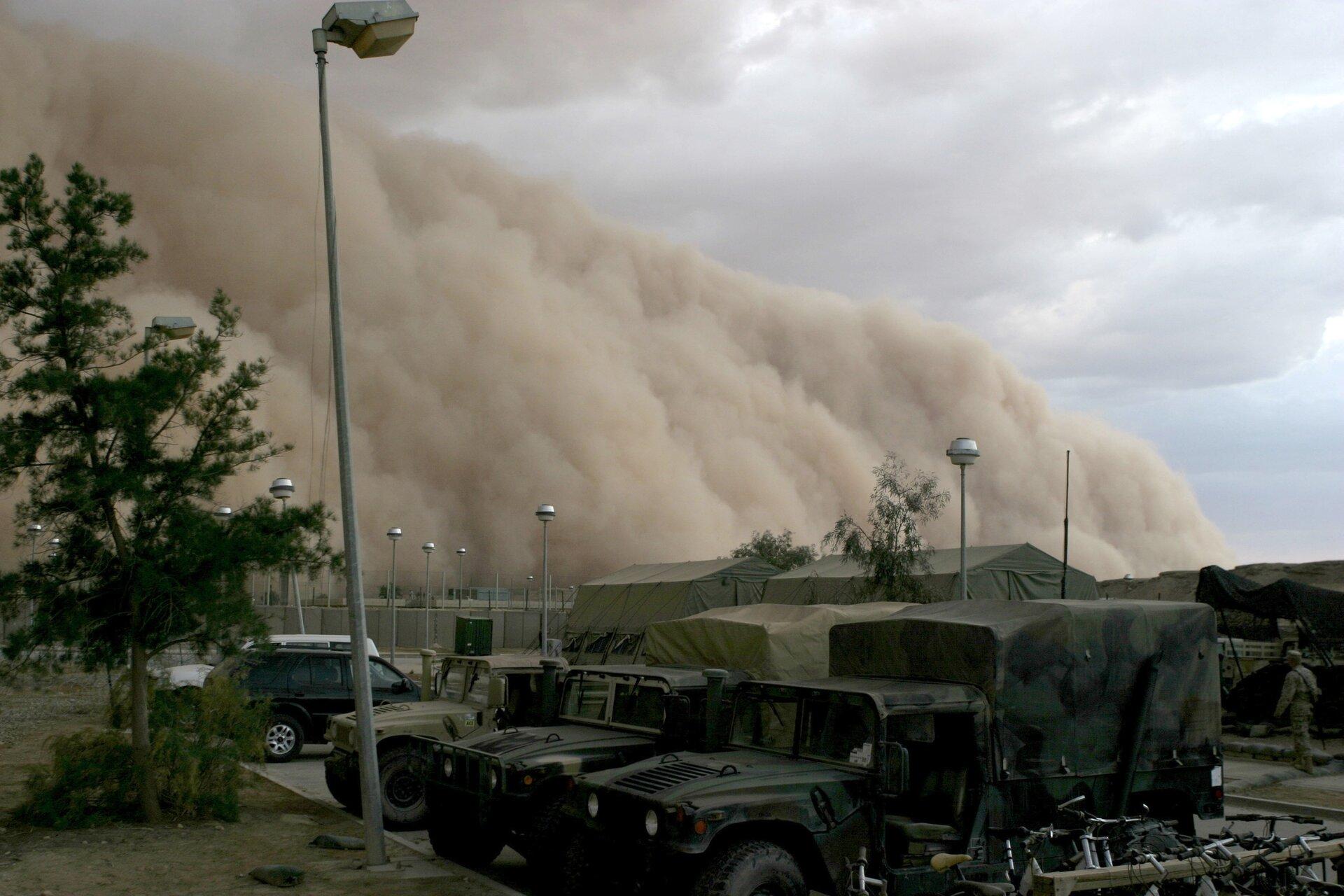 Chmura burzy piaskowej, Al Asad wIraku,Źródło ByCorporal Alicia M. Garcia, U.S. Marine Corps, domena publiczna