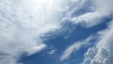 Smugi kondensacyjne i chmury